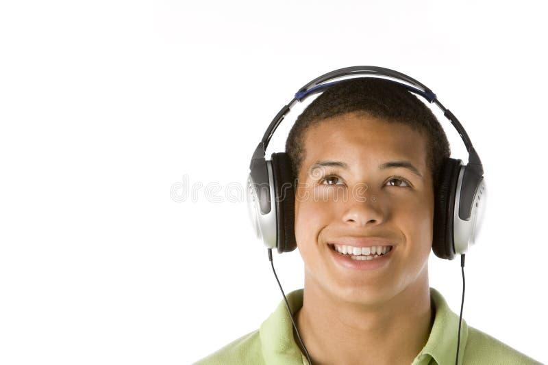 musique de écoute d'écouteurs de garçon d'adolescent à image stock