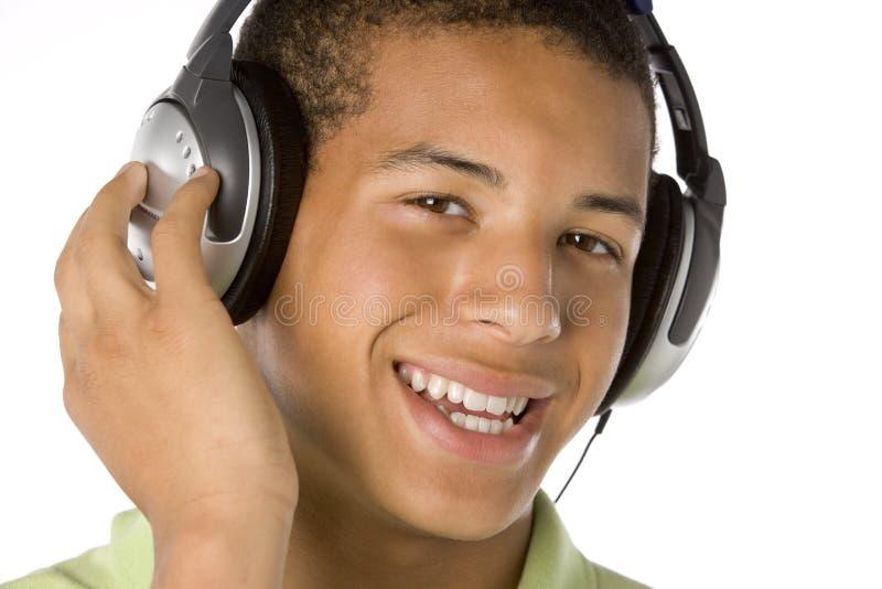 musique de écoute d'écouteurs de garçon d'adolescent à image libre de droits