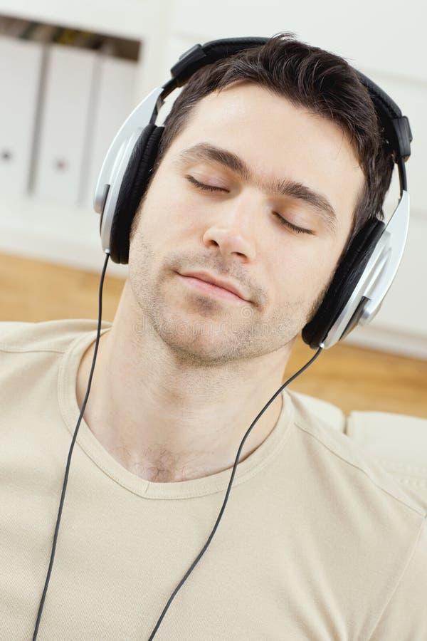 musique de écoute d'homme d'écouteurs photo libre de droits