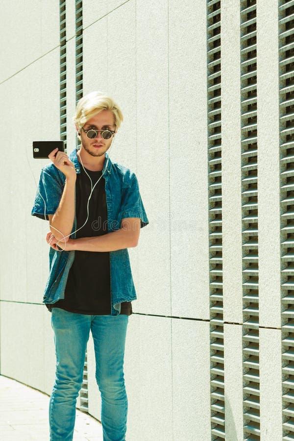 Musique de écoute d'homme de hippie par des écouteurs photo stock