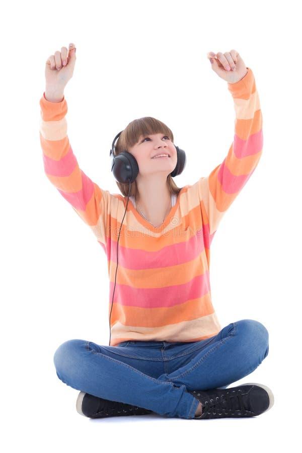 Musique de écoute de belle adolescente heureuse dans des écouteurs photo stock