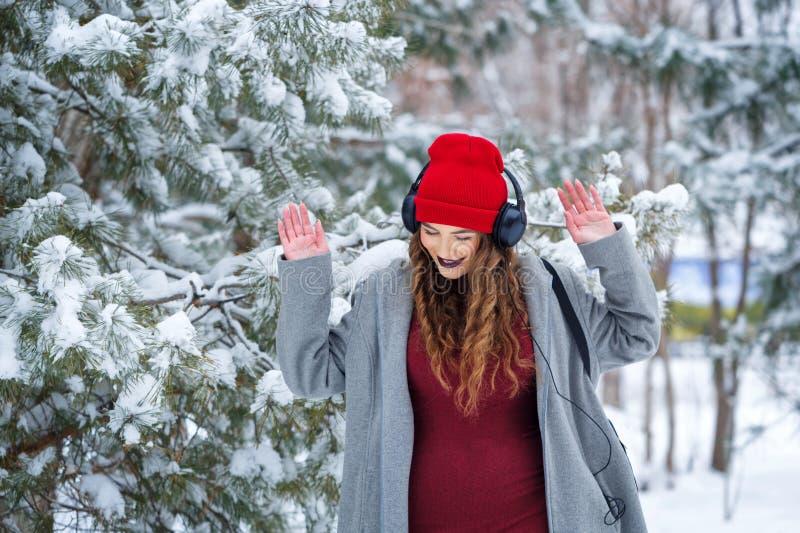 Musique de écoute de fille de hippie en hiver photographie stock libre de droits