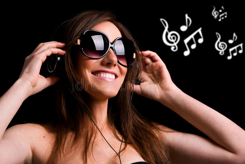 Musique de écoute de fille heureuse images libres de droits