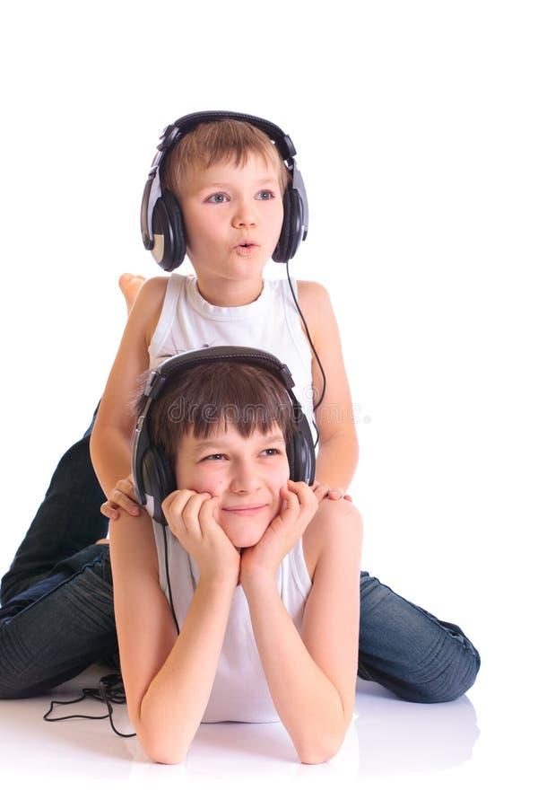 musique de écoute de frères à image stock