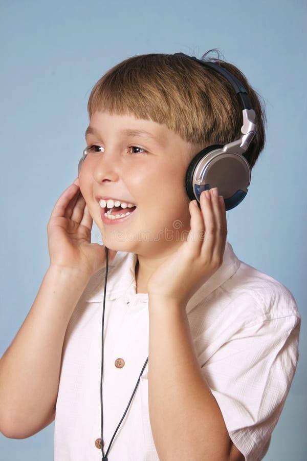Musique de écoute de garçon image stock