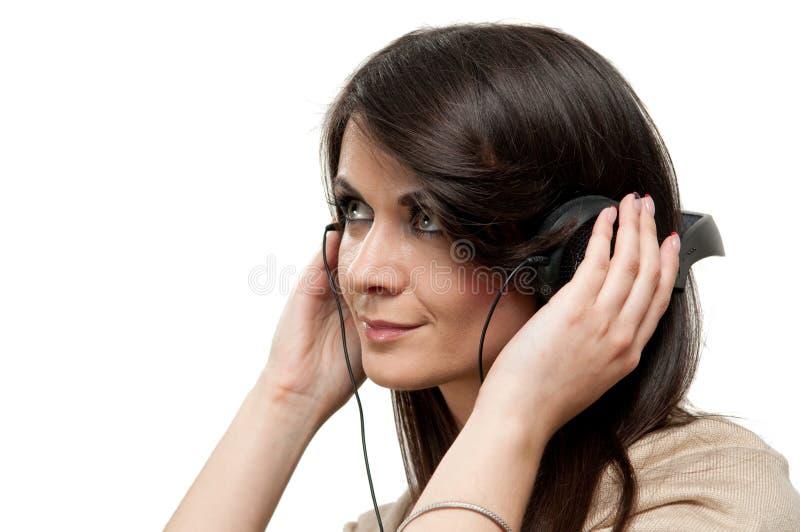 Musique de écoute de jeune femme photo libre de droits