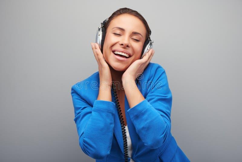 Musique de écoute de jeune femme de métis photographie stock libre de droits