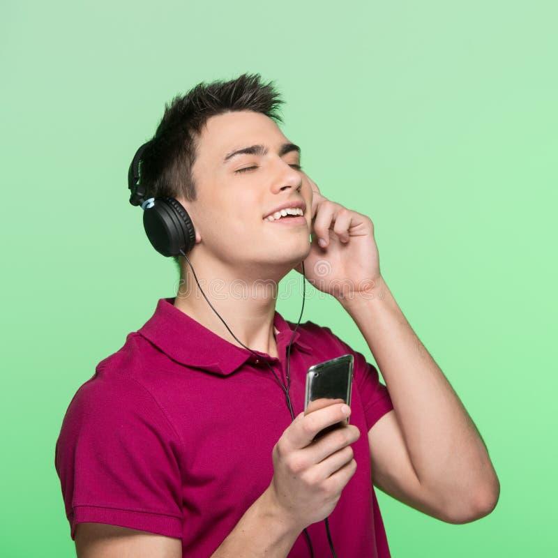 Musique de écoute de jeune homme bel photo stock
