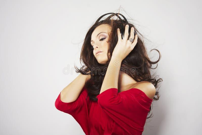Musique de écoute de jeunes beaux femmes heureux images libres de droits