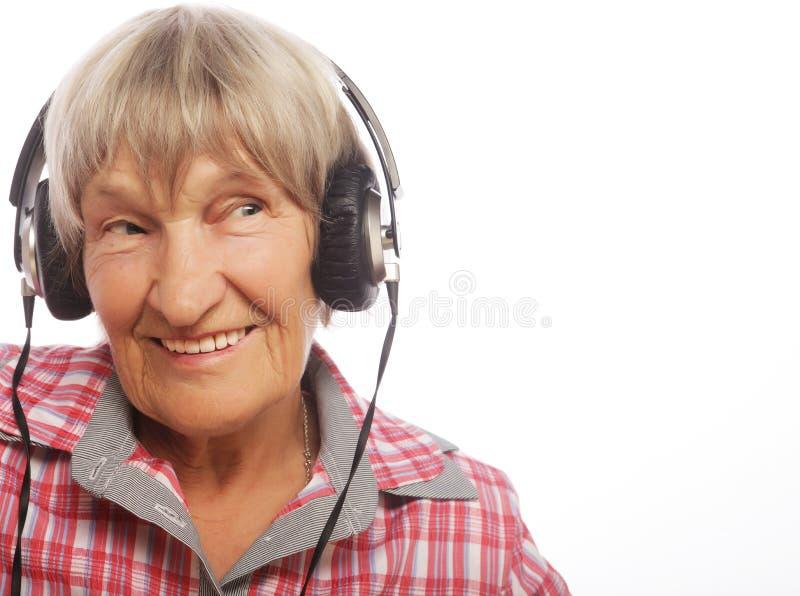 Download Musique De écoute Drôle De Vieille Dame Photo stock - Image du verticale, moderne: 77151540