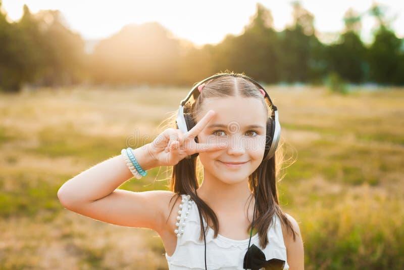 Musique de écoute et danse de fille mignonne photos libres de droits
