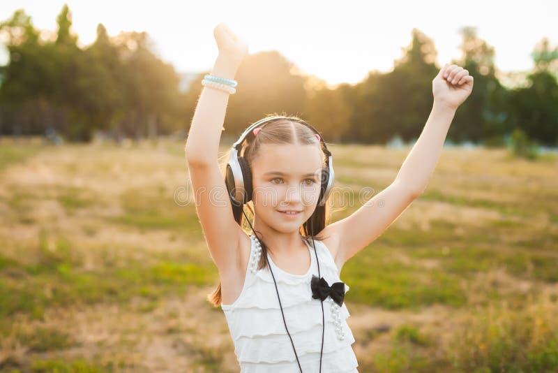 Musique de écoute et danse de jolie fille photos stock
