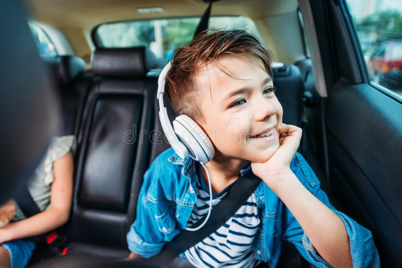 musique de écoute heureuse de petit garçon la voiture et en regardant  images libres de droits