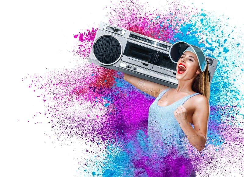 Musique de écoute de jeune femme heureuse avec le boombox photo libre de droits