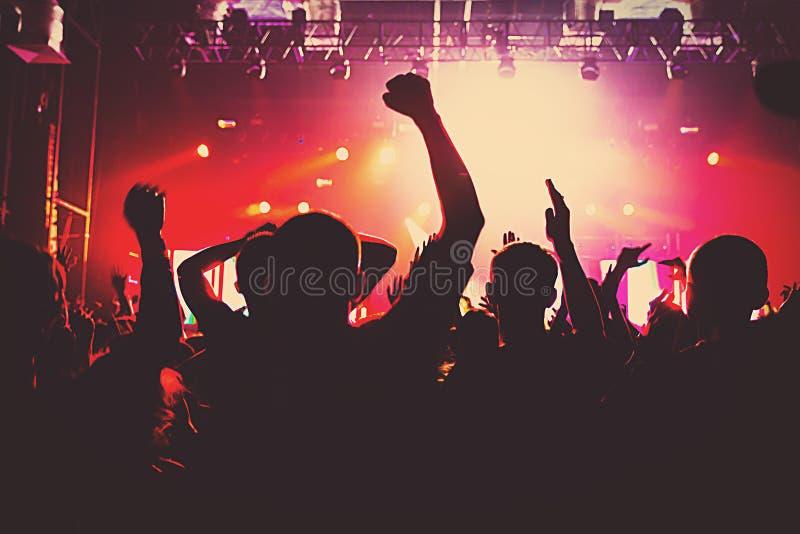 Musique de club de concert de partie de foule massive de silhouette photographie stock libre de droits