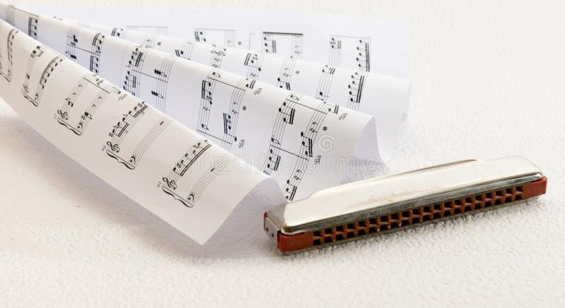 Musique de feuille et un harmonica photo libre de droits
