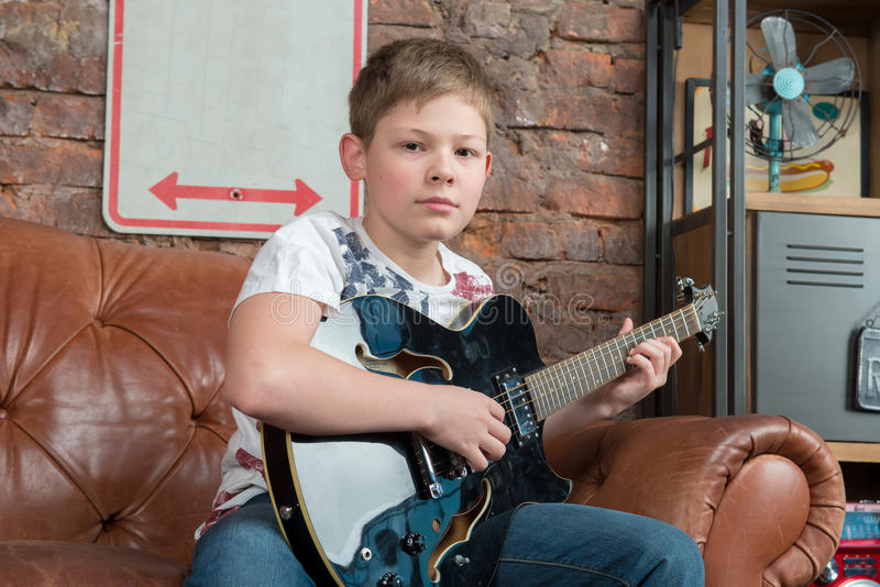 Download Musique de guitare photo stock. Image du people, heureux - 56478164