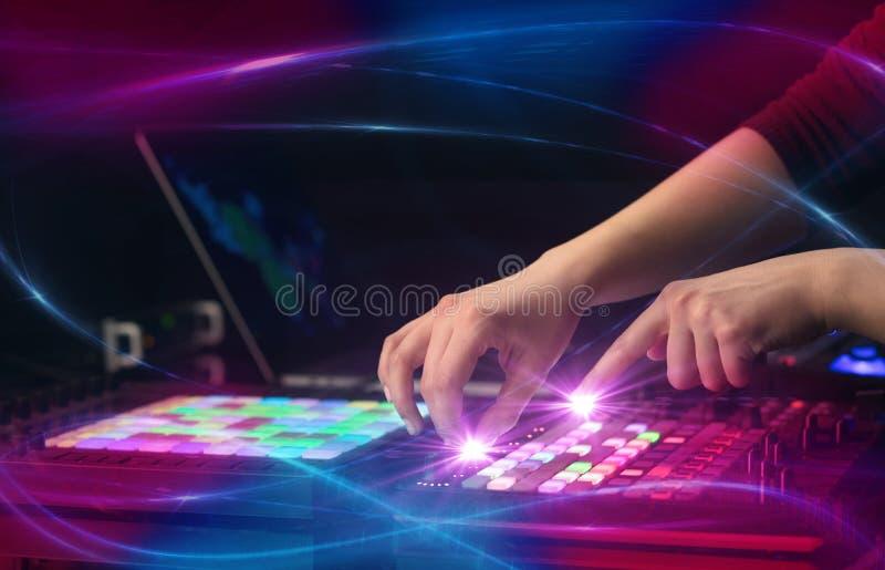 Musique de mélange sur le contrôleur du Midi avec le concept de vibe de vague photo libre de droits
