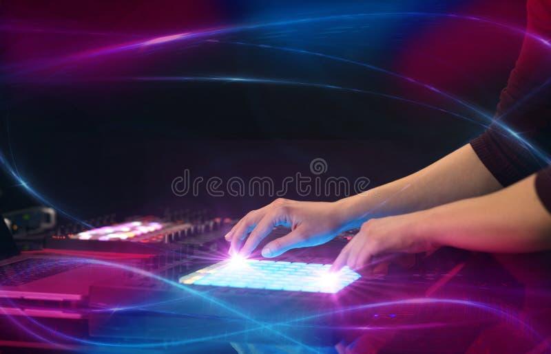 Musique de mélange sur le contrôleur du Midi avec le concept de vibe de vague photos libres de droits
