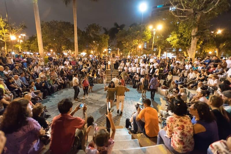 Musique en direct et foules dansant en Parque Kennedy, Lima, Pérou images stock