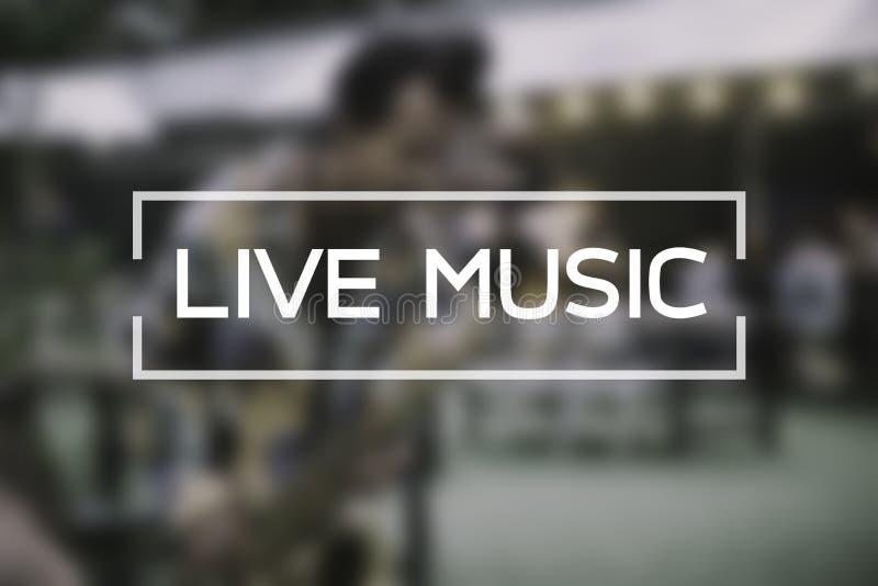Musique en direct travaillant au jeu de musicien de tache floue sur la rue photographie stock libre de droits