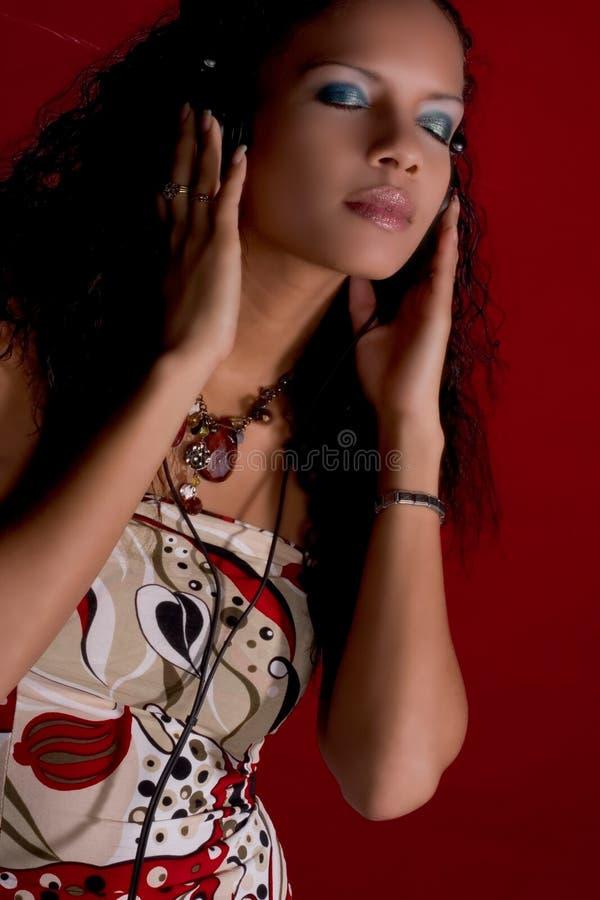 Musique et beauté en rouge image stock