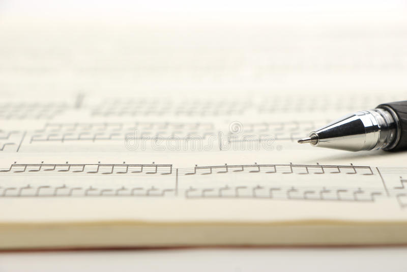 Musique et stylo de feuille photos stock