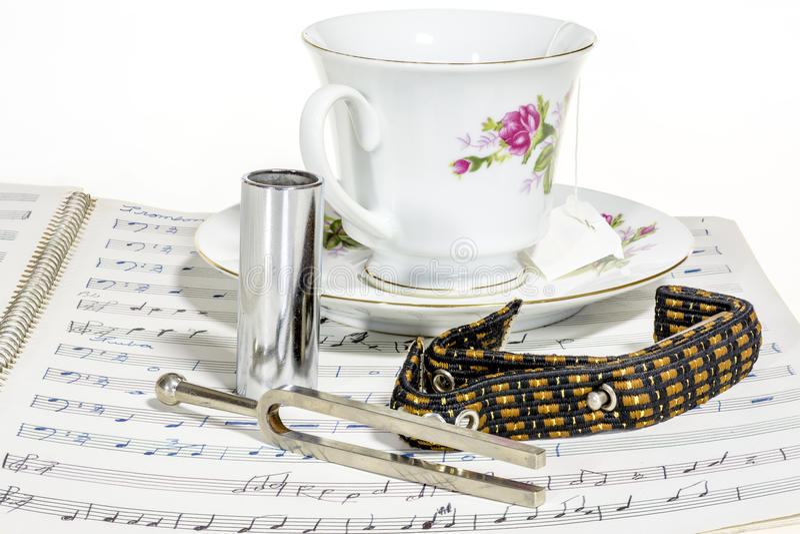 Musique et une tasse de thé avec le diapason photographie stock