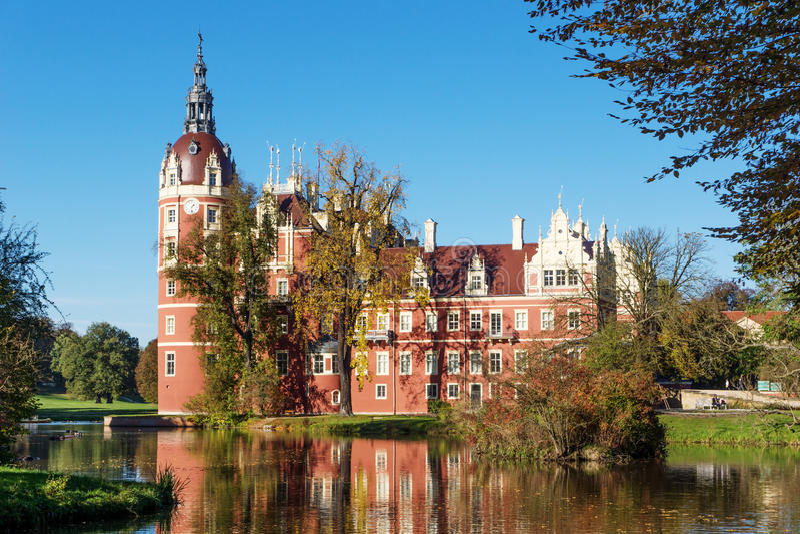 Muskau宫殿在Lusatia的湖反射了 免版税库存图片