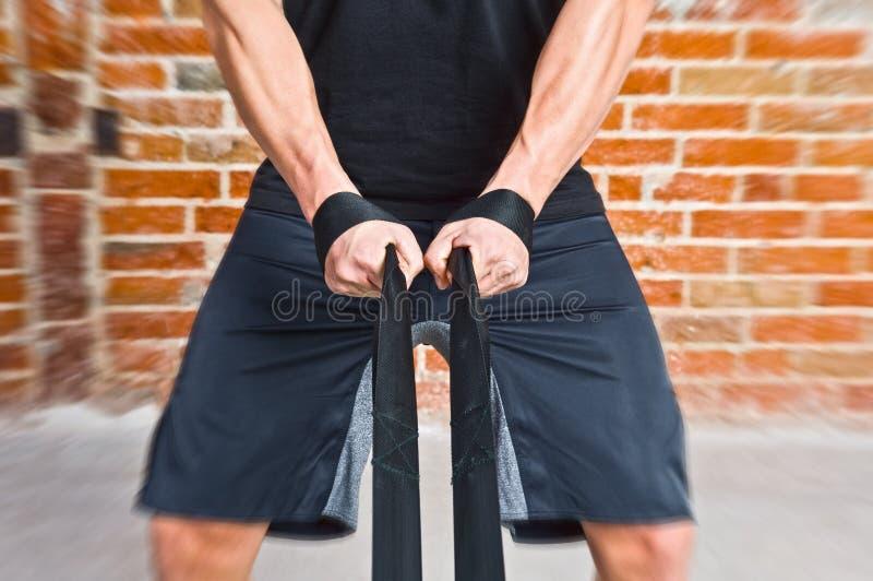 Muskelman som drar ett rep royaltyfria bilder