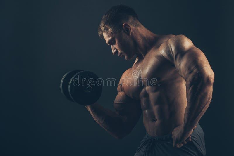 Muskelmann, der Bizepslocken tut lizenzfreies stockbild