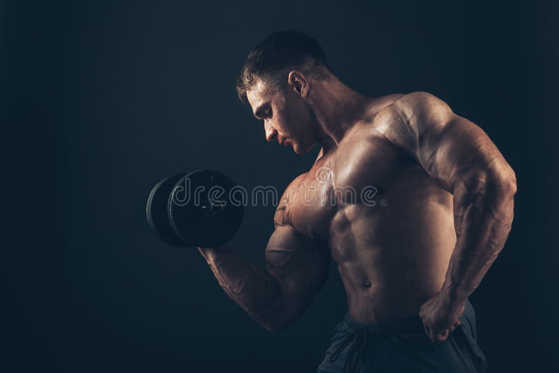 Muskelmann, der Bizepslocken tut stockbilder
