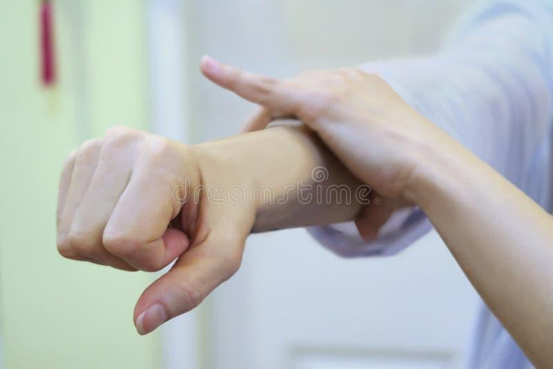 Muskelprovning på armen royaltyfria foton
