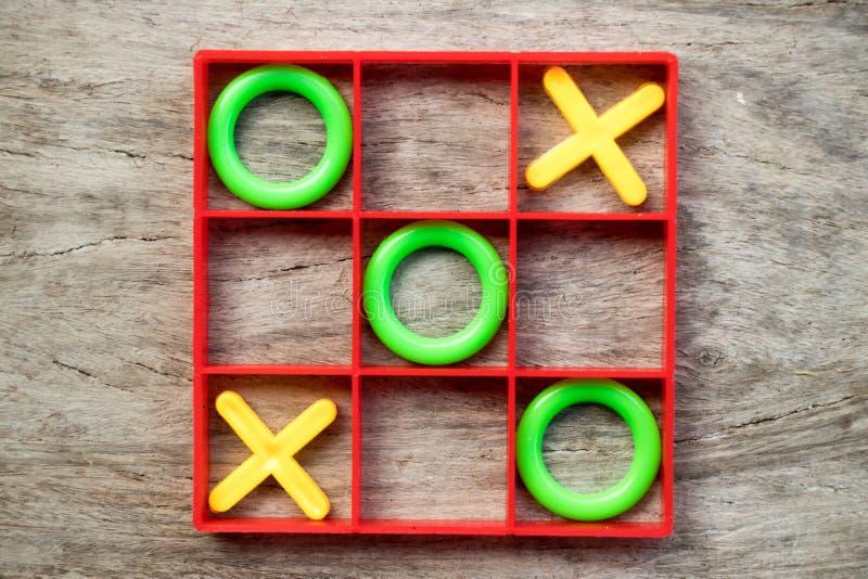 Muskelryckning-TAC-tå brädelek med grön nolla och gult X i röd ram fotografering för bildbyråer