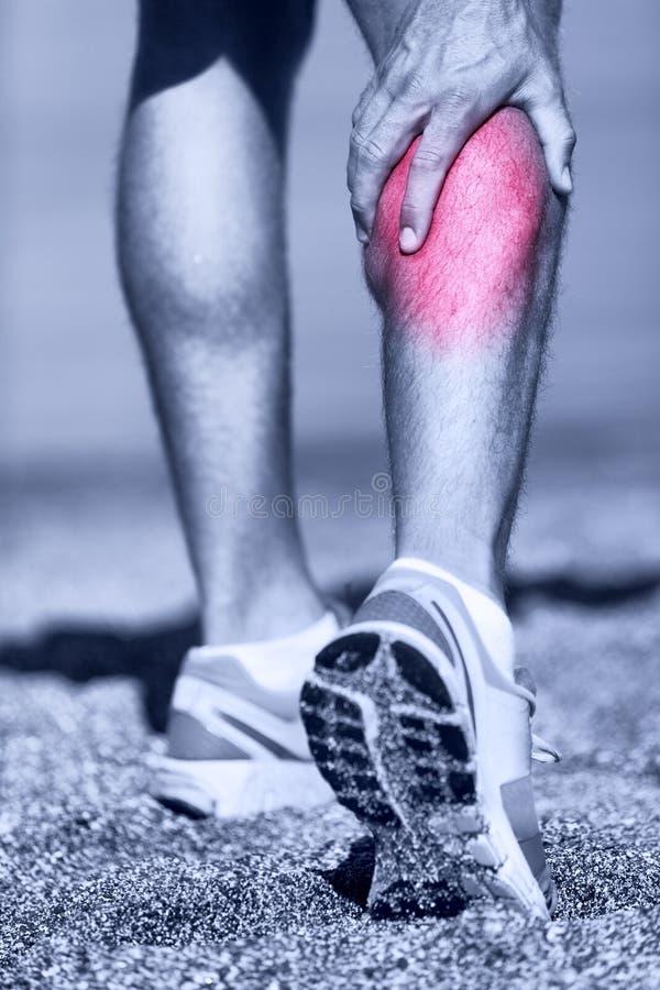 Muskelverletzung - Mann, der Wadenmuskel erfassend läuft lizenzfreie stockbilder