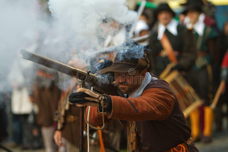 Musketier die een Arquebuse in brand steken royalty-vrije stock fotografie