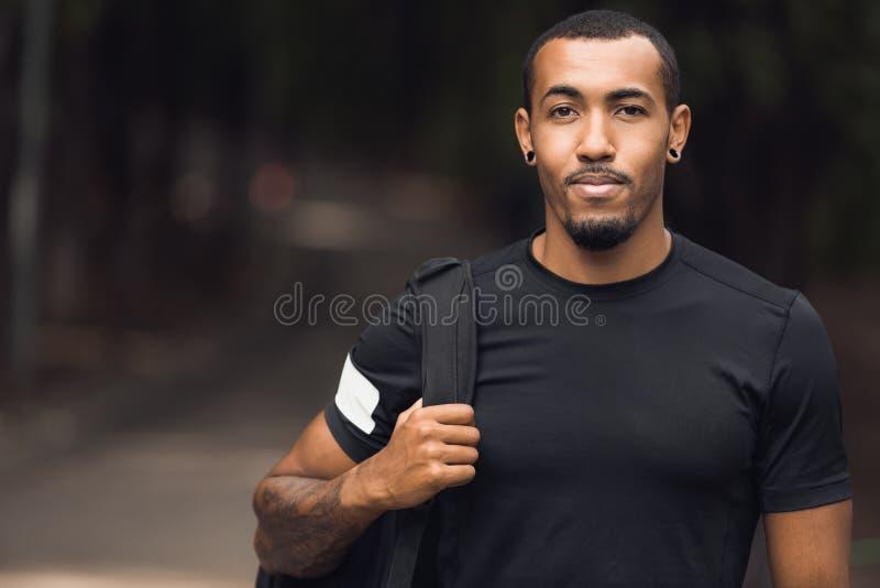 Muskulös afrikansk amerikanman som poserar utanför efter genomkörare arkivbilder