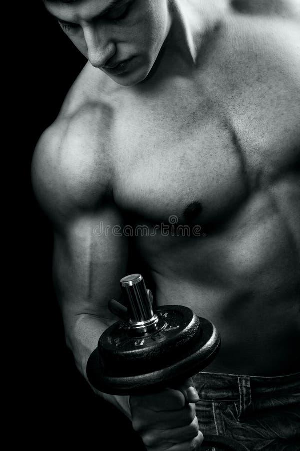 muskulös genomkörare för bodybuildinghantelman arkivbild