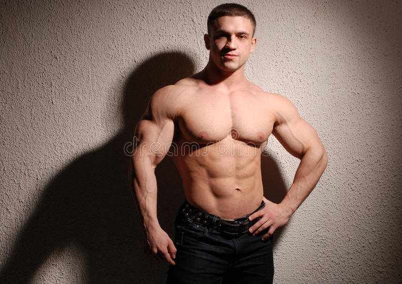 Muskulös kroppsbyggare fotografering för bildbyråer