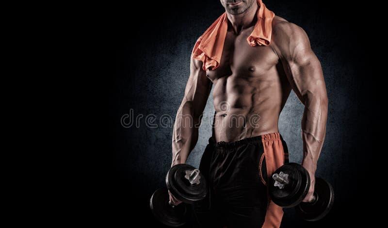 Muskulös kroppsbyggaregrabb som gör övningar med hantlar över bla