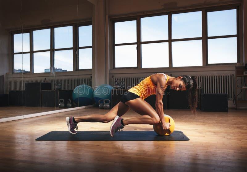 Muskulös kvinna som gör intensiv kärnagenomkörare royaltyfri foto