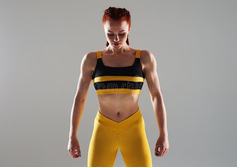 Muskulös kvinna som poserar i studio arkivbild