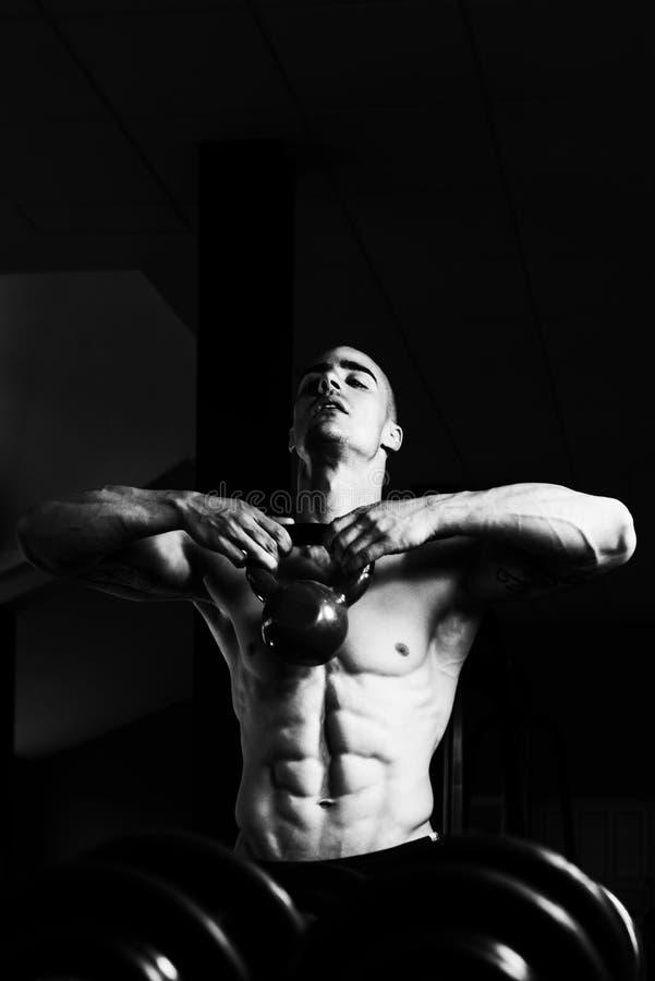 Muskulös manövning med KettleBell royaltyfria bilder