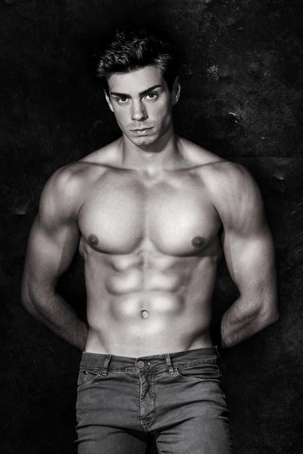 Muskulös man för italiensk modell näck stående svart white royaltyfri foto