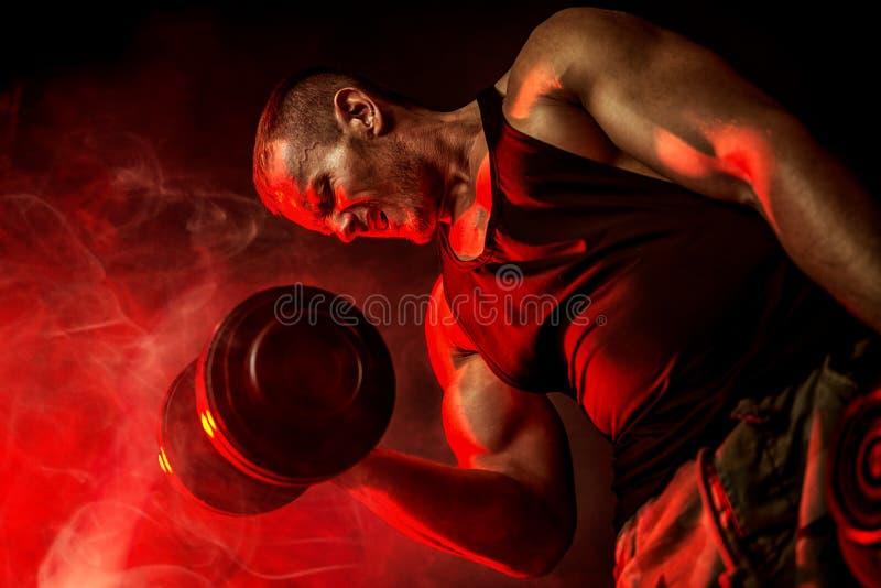 Muskulös man i idrottshall arkivfoto