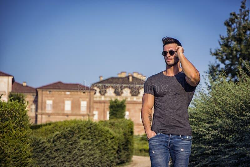 Muskulös man i lyxig trädgård i Venaria, Italien fotografering för bildbyråer
