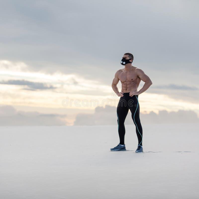 Muskulös man i muskel för crossfitmaskeringsvisning utomhus Manlig naken torsoabs för sportig kondition arkivbilder
