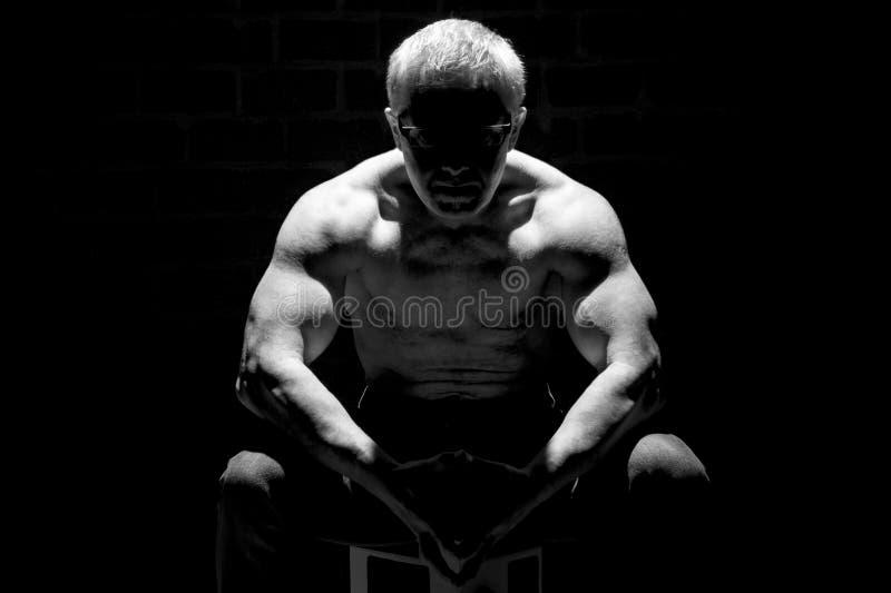 Muskulös man i svart vit royaltyfria bilder