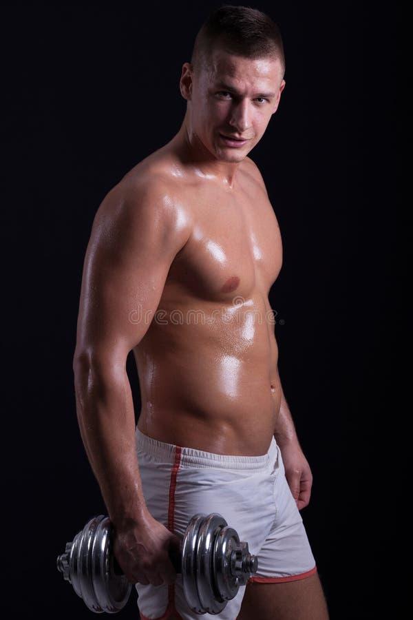 Muskulös man med hanteln royaltyfria foton