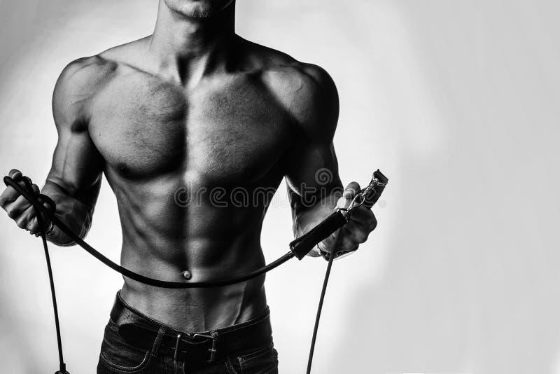 Muskulös man med repet royaltyfri bild